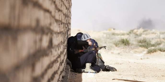 Des opposants au régime de Kadhafi tentent de s'abriter des frappes aériennes sur Sidra, à 10 km à l'ouest de Ras Lanouf, jeudi 10 mars.