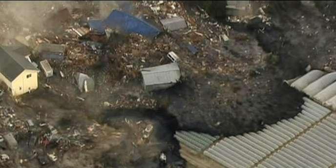 Comme lors du tsunami de 2004 en Indonésie, on voit les vagues emporter tout sur leur passage : maisons, voitures, débris en tous genres