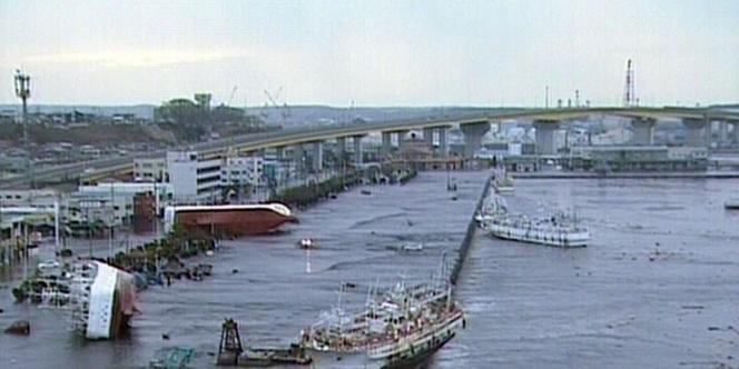 Dans la préfecture d'Aomori, les bateaux ont été retournés par les vagues.