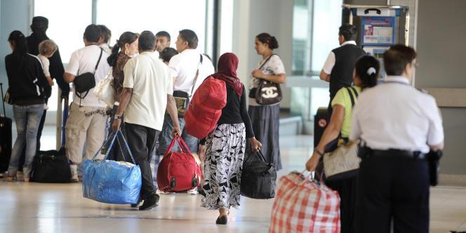 Des Roms à l'aéroport de Lyon, en août 2010.