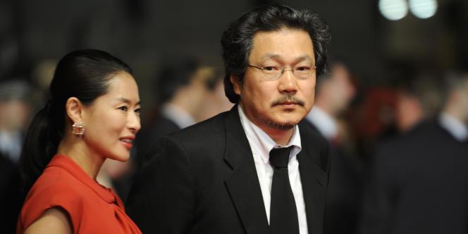 Le cinéaste coréen Hong Sang-soo avec l'actrice Ye Jiwon lors du 63e Festival international du film de Cannes, le 21 mai 2010.