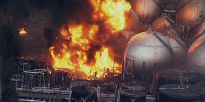 La raffinerie d'Ichihara, près de Tokyo, en flammes après le séisme qui a ravagé le Japon, vendredi 11 mars.