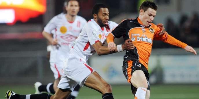 Lorientais et Nancéens évoluent sur une pelouse synthétique lors de leurs matches à domicile.