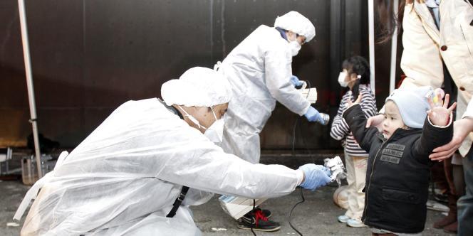 Les autorités contrôlent une éventuelle contamination des personnes présentes dans la région de Fukushima.