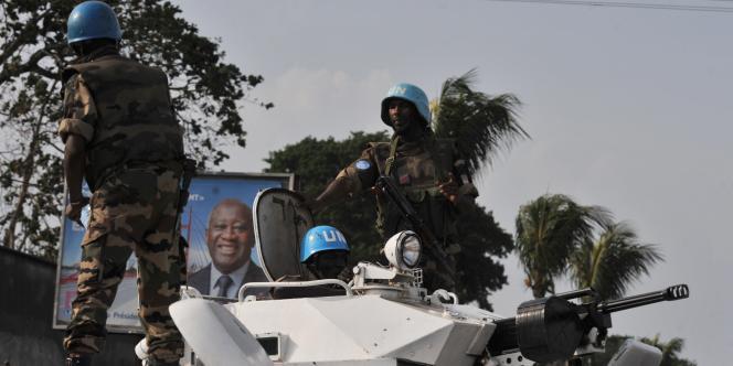 Des soldats de l'ONU patrouillent dans le quartier d'Abobo, à Abidjan, en Côte d'Ivoire, le samedi 12 mars.