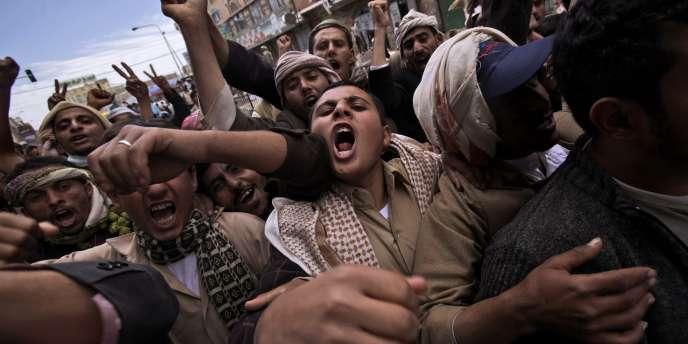 Des manifestants protestent contre le régime yéménite, samedi 12 mars, à Sanaa.