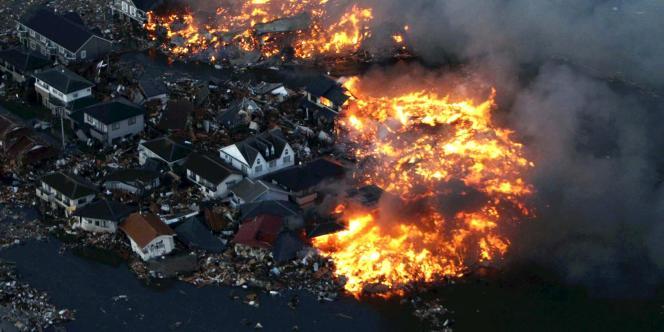 Maisons en flammes, le 11 mars 2011, dans la province de Miyagi.