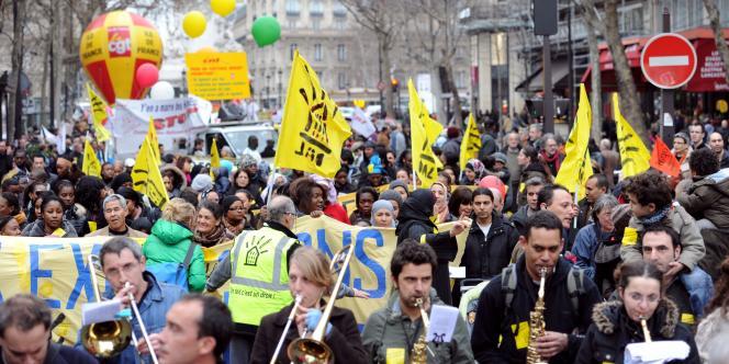Des manifestants défilent samedi 12 mars à Paris à l'appel d'associations à l'occasion de la fin de la trêve hivernale, pour réclamer