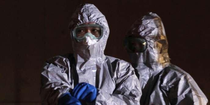 Des agents en tenue de secours près de la centrale de Fukushima, le 13 mars 2011.