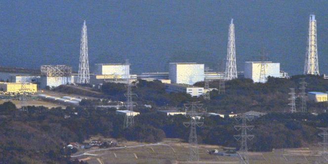 La centrale de Fukushima, avec la structure du réacteur n° 1 soufflée par l'explosion, à gauche, le 13 mars 2011.