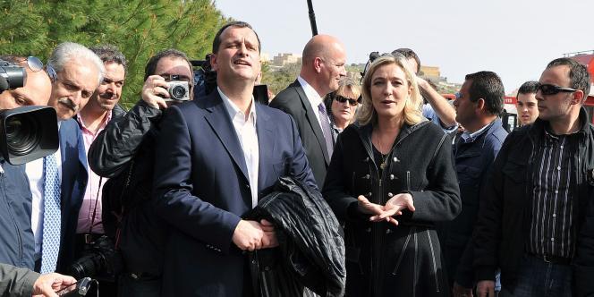 Marine Le Pen et Louis Alliot devant un centre de rétention de l'île italienne de Lampedusa, le 14 mars 2011.