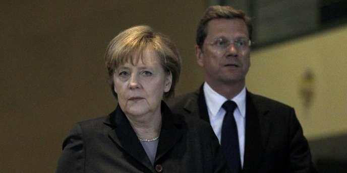 Angela Merkel, accompagnée de Guido Westerwelle, ministre des affaires étrangères, à Berlin, le 12 mars.