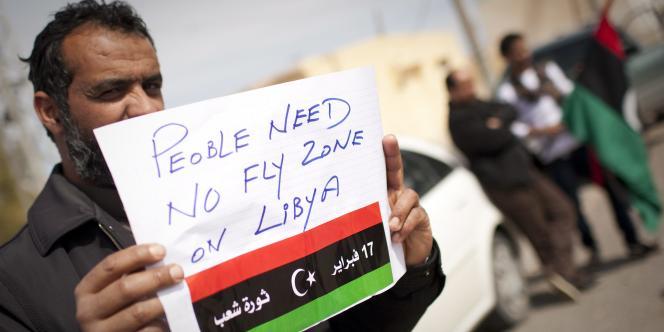 Un Libyen demandant une zone d'exclusion aérienne sur la Libye, le 13 mars 2011.