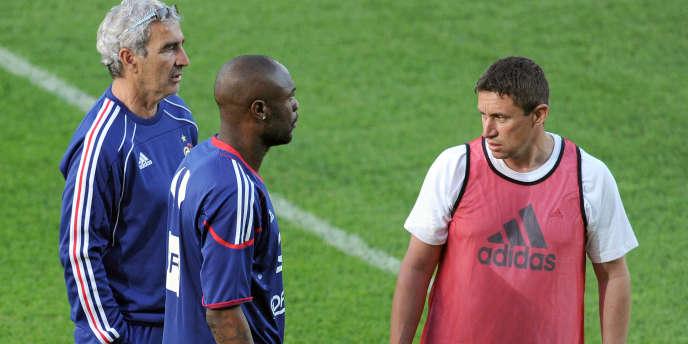 Robert Duverne (à droite) avec Raymond Domenech et William Gallas le 11 juin à La Réunion.