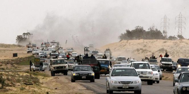 Les rebelles fuient vers Benghazi, après la reprise d'Ajdabiya par les forces pro-Kadhafi, le 15 mars 2011.