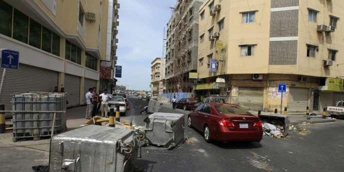 Une rue bloquée à Manama, le 15 mars.
