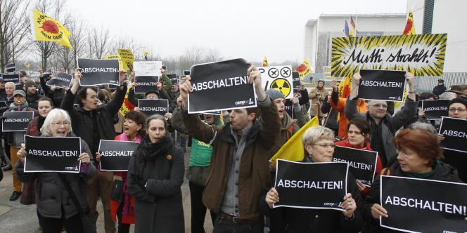 Des manifestants antinucléaires à Berlin, mardi 15 mars.