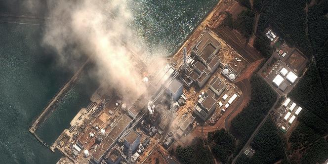 De la fumée s'échappe, le 14 mars, du réacteur 3 de la centrale nucléaire de Fukushima.