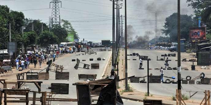 Barricades dans le quartier d'Abobo, à Abidjan, le 15 mars 2011.