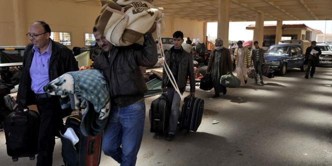 Des civils fuient les combats de l'est de la Libye et se réfugient en Egypte, le 16 mars.