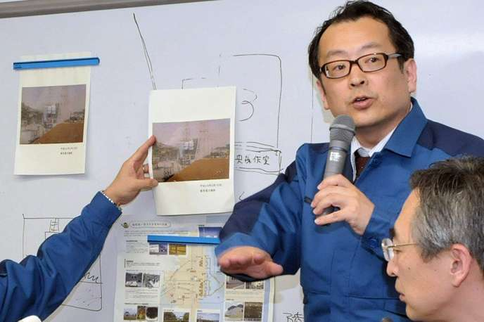 Un ingénieur de la Compagnie d'électricité de Tokyo (Tepco) explique les dommages causés aux réacteurs lors d'une conférence de presse à Tokyo, le 16 mars.