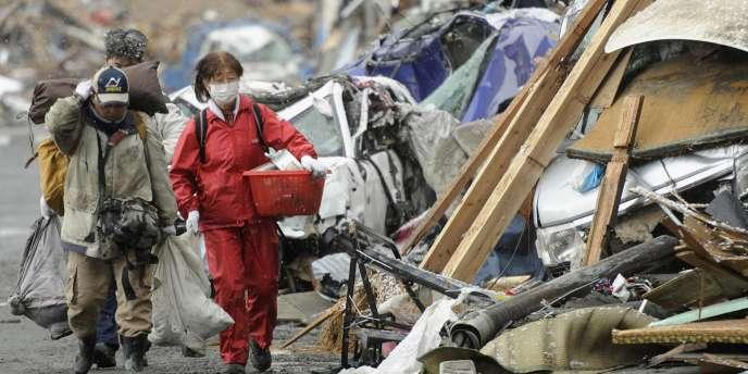 Des survivants dans les décombres de la ville de Kamaishi, dans le nord du Japon, après le séisme du 11 mars 2011.