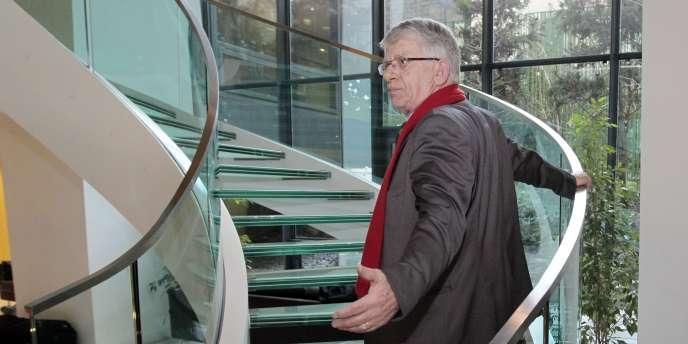 Le député apparenté communiste de la Somme Maxime Gremetz à la sortie d'une audition sur le nucléaire qu'il a perturbé, mercredi 16 mars.
