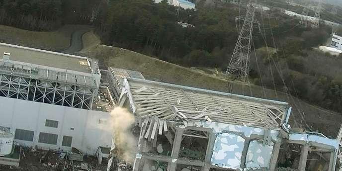 De la fumée s'échappe du réacteur numéro 4 de la centrale de Fukushima. Photo datée du 16 mars.
