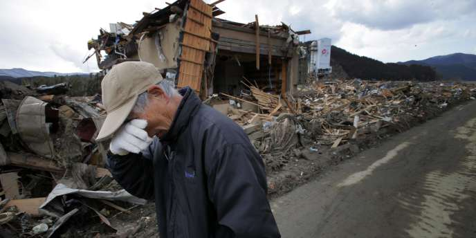 Le bilan officiel s'élève à plus de 10 000 morts et 16 000 disparus après le séisme et le tsunami qui ont frappé le Japon.