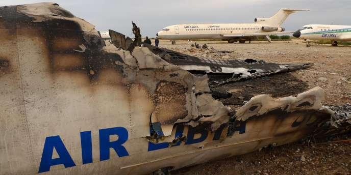 Un avion commercial libyen détruit sur le tarmac de l'aéroport de Benghazi, le 17 mars 2011.