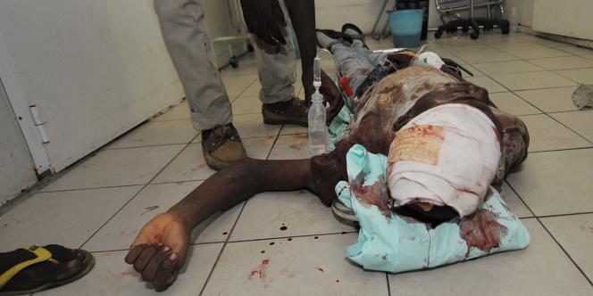 Un blessé par balles attend d'être examiné par des médecins de l'Onuci, le 17 mars 2011, à Abidjan.