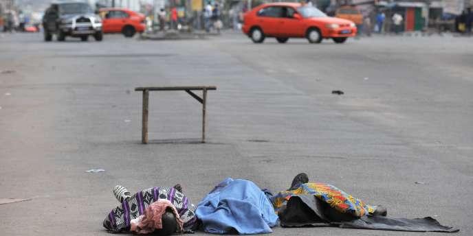 Abidjan s'enfonçait dans la crise, vendredi 18 mars, au lendemain du massacre de près de trente civils perpétré selon l'ONU par les forces armées fidèles au président sortant, Laurent Gbagbo.