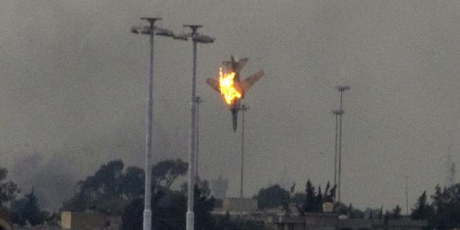 Une photo de l'avion abattu dans le ciel de Benghazi, samedi 19 mars. Les insurgés ont indiqué qu'il s'agissait d'un de leurs avions.