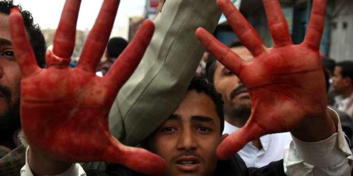 Un manifestant yéménite, les mains couvertes de sans, dans les rues de Sanaa, vendredi 18 mars.