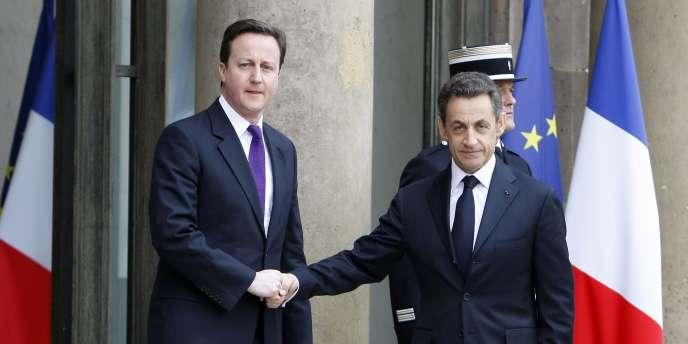 Nicolas Sarkozy reçoit le premier ministre britannique David Cameron à l'Elysée, samedi 19 mars, avant un sommet diplomatique à Paris.