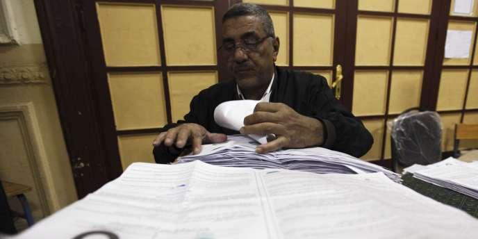 Comptage des bulletins de vote lors du dépouillement du référendum en Egypte, le 19 mars 2011.
