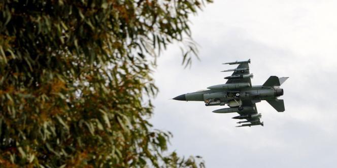 Un F-16 danois engagé dans les opérations militaires en Libye, de retour à la base de Sigonella, en Sicile, mise à disposition par l'Italie, le 21 mars.