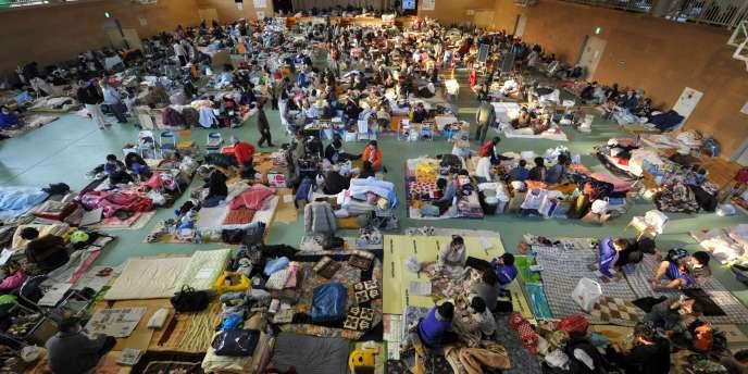 Des survivants de la catastrophe du 11 mars dans un gymnase à  Rikuzen-Takata, le 19 mars 2011.