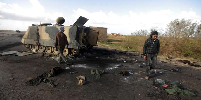 Des équipements de Kadhafi ont été abandonnés à Al-Gwasha, à 25 km à l'ouest de Benghazi, le 21 mars.