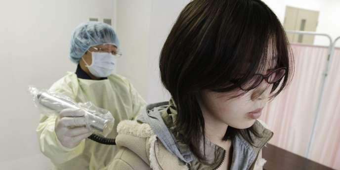 Recherche de radioactivité  à Yamagata sur une évacuée de la région de Fukushima, le 20 mars 2011.