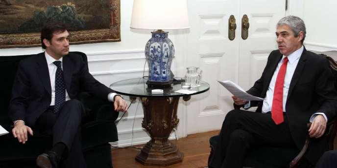 Le premier ministre portuguais José Socrates (à gauche) et le chef du PSD, le parti d'opposition de centre droit, Pedro Passos Coelho.