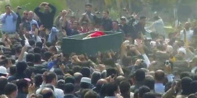 Des images de Reuters TV de la foule rassemblée pour les funérailles du manifestant tué dimanche à Dara, dans le sud de la Syrie.
