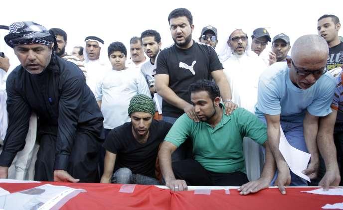 Des Bahreïnis en deuil devant le cercueil de Jawad Shamlan, 48 ans, tué le 16 mars.