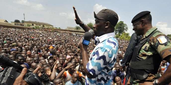 Lundi 21 mars à Abidjan, des dizaines de milliers de volontaires sont venus s'enrôler dans l'armée de Gbagbo suivant l'appel de Charles Blé Goudé (au centre).
