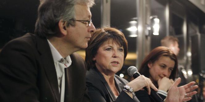 Martine Aubry, première secrétaire du PS, s'exprime aux côtés de Cécile Duflot, secrétaire national d'Europe Ecologie-Les Verts, et de Pierre Laurent, secrétaire national du PCF, le 20 mars 2011 à Paris, à l'issue du premier tour des élections cantonales.