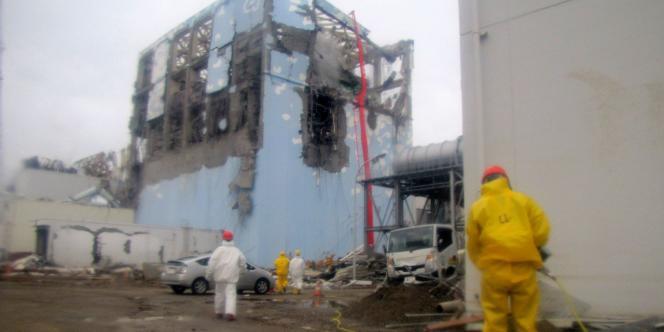 Des ouvriers de Tepco, l'opérateur de la centrale de Fukushima, au travail sur l'un des réacteurs, le 22 mars 2011.