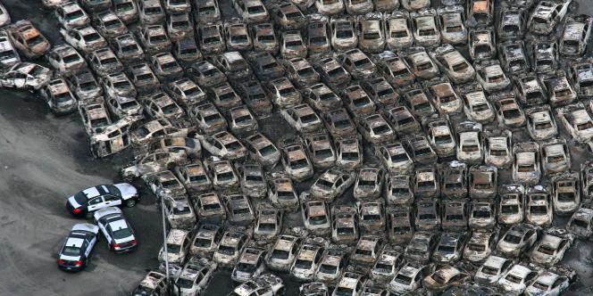 Vue de voitures endommagées par un incendie déclenché par le séisme et le tsunami du 11 mars à Hitachinaka, dans la préfecture d'Ibaraki, au nord  de Tokyo.
