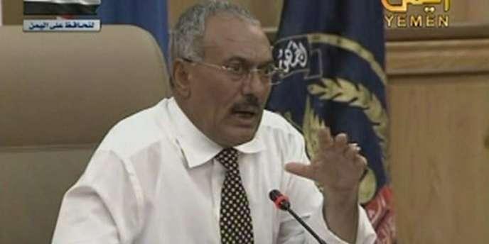 Le président Ali Abdallah Saleh face à des représentants de l'armée, à Sanaa, le 21 mars 2011.
