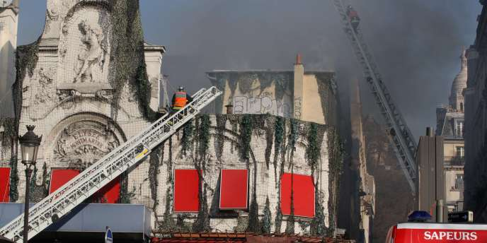 Des pompiers de Paris interviennent sur l'incendie de l'Elysée-Montmarte, le 22 mars 2011.