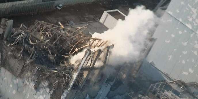 De la fumée s'échappe, le 16 mars, du réacteur 3 de la centrale nucléaire de Fukushima.